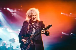 Queen-kitaristin koti vaarassa kadota savuna ilmaan – Brian May kiitteli vuolaasti tilanteen hoitanutta palokuntaa