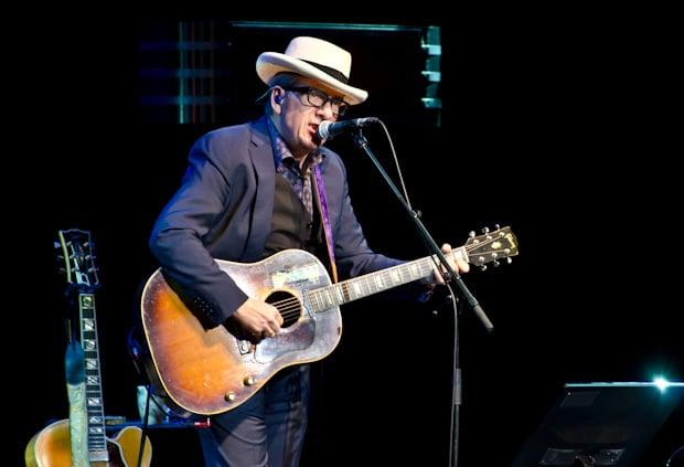 Elvis Costello antaa maineikkaan Nirvana-tuottajan kuulla kunniansa -...